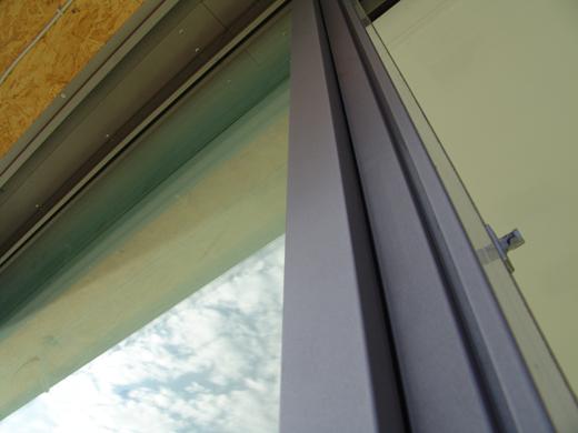 Sehr schmaler Fensterrahmen von außen