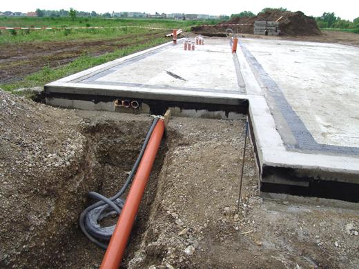 Durchführungen für Kanal, Strom, Wasser und Telefon an der Hausvorderseite