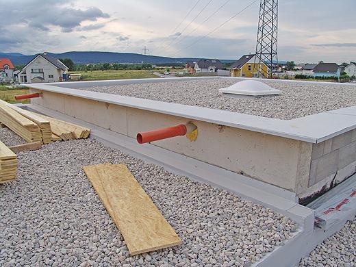 Das ganze Flachdach ist bereits fix fertig abgedichtet und mit Schotter bedeckt.