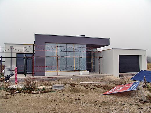 An der Nordseite der Lager-, Eingangs- und Garagenbereich.