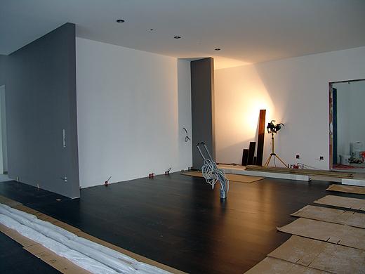 In die Nische kommt die Küchenrückwand. Vorne (wo die Kabel und Wasserleitungen rausstehen) kommt der Küchenblock hin.