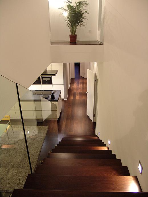 Der Blick von der freitragenden Treppe in den Wohbereich. Übertöpfe für die Pflanzen, welche wir von unseren besten Freunden geschenkt bekamen, werden noch angeschafft. (Vielen Dank liebe Freunde für die üppige Pflanzenpracht - damit haben wir sehr viel Freude).