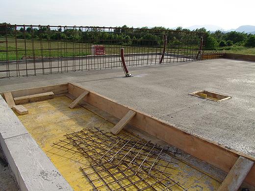 Stiegenaufgang und Installationschschacht. Dahinter stehen die Eisen für die Betonüberzüge raus.
