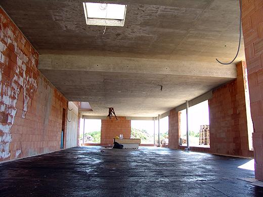 Das Erdgeschoß sieht jetzt schon sehr groß aus. Mal abwarten wie groß es mit weißen Wänden und dunklem Fußboden aussieht.