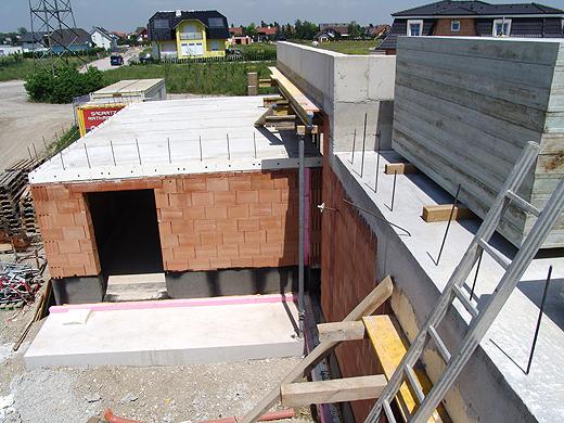 Der zukünftige Blick vom nordseitigen Badezimmerfenster zur Garage.