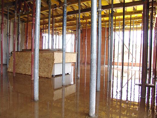 Da das Dach noch nicht abgedichtet ist und es auf der ersten Etage überhaupt noch kein Dach gibt, läuft sehr viel Wasser in das Erdgeschoß. In zwei Wochen werden wir aber so weit abgedichtet haben, dass es nicht mehr reinregnet.