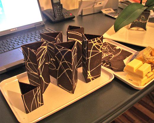 Schokoladenprismen - diese wurden nach dem Verkleben (mit Schokolade) mit Schokomousse gefüllt und reichlich verziert (2002).