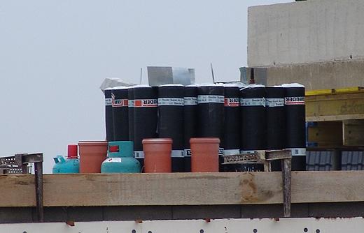 Der Spengler hat bereits einiges auf die Baustelle gebracht, da diese Woche mit dem Abdichten des Daches begonnen werden soll.