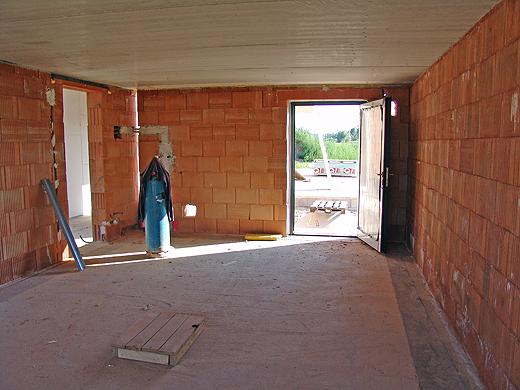 Die Garage ist so gut wie fertig. Sogar eine Tür haben wir schon drin.