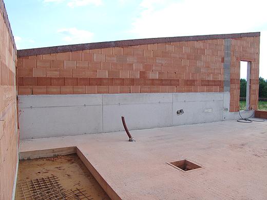Kommende Woche bekommen wir im Obergeschoß auch unser Dach. Links die Stiegenöffnung ist voller Wasser und Schlamm, da die Deckenschalung noch drunter ist.