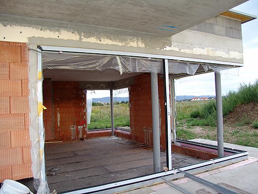 Die Wohnzimmerfenster (-Rahmen) wurden mit Folie abgedeckt, damit kein Putz auf die Rahmen kommt. Mit der weiß verputzten Decke sieht alles schon wieder größer aus. Einmal abwarten wie es mit verputzen Wänden wirkt.