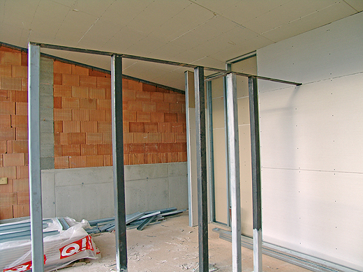 """Badezimmer (links vom """"Gestell"""") und Schlafzimmer (rechts vom """"Gestell""""). Die Wand zwischen Schlafzimmer und Badezimmer wird nur 265cm hoch. Dahinter (auf dem Bild rechts) ist bereits der rießige Schrankraum und die Toilette."""
