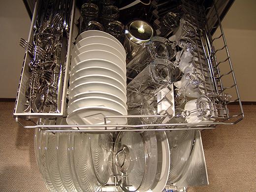 Ich bin immer wieder fasziniert von Jürgens Geschirrspüler-Bestückung. Ich würde da drei Spülladungen benötigen. Zum Glück passen die riesigen Vorspeisenteller stehend in unseren Spüli, sonst wäre Handwäsche angesagt.