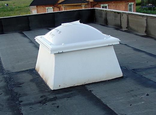 Das Flachdach-Fenster über dem Büro wurde bereits mit dem Dach dicht verschraubt/verklebt. Darunter befindet sich freilich noch die Deckenschalung, daher gibts auch noch kein Foto von unten.