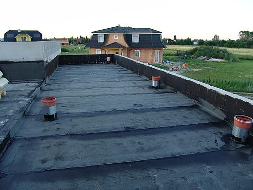 Das Dach über Lager, Technikraum und rückwärtigem Büro wurde bereits vollständig abgedichtet.