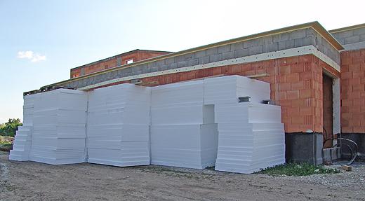 Und noch mehr Styropor. Ja! Alles für das Flachdach. Auch in der Garage stehen noch ein paar Stapel.