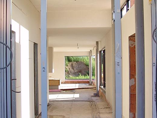 Blick vom Eingang in den Vorraum und dahinter die Küche und Wohnzimmer - und über die Terrasse bis in den Garten.