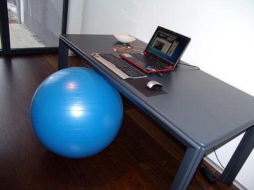 An den Sitzball, den Jürgen gekauft hat, muss ich mich noch gewöhnen. Aber er soll ja angeblich gesund sein - für die Rückenmuskulatur.