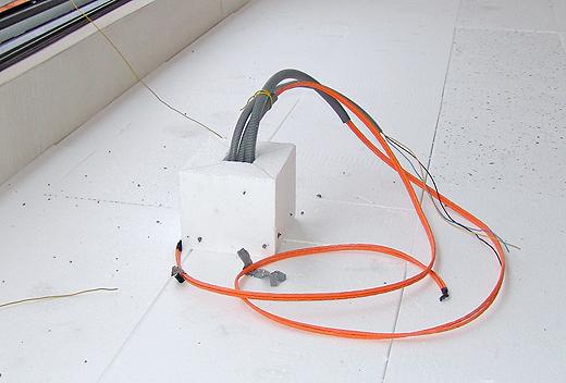 Styroporblock vor dem Estrichgießen - der kommt dann raus und die Steckdose rein.