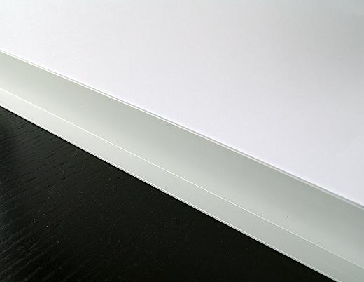 Die Aluminiumprofile (40mm x 16mm) werden als Bodenleiste verwendet. Somit kann der Holzboden darunter arbeiten und die Wand bleibt auch beim Staubsaugen und Aufwischen sauber.