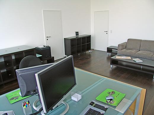 Das Büro haben wir gestern aufgebaut (inkl. der internen EDV) und wird heute mit Waren, Geräten und Dekoration befüllt. Dann kann am Montag der erste Geschäftstag im neuen Büro beginnen.