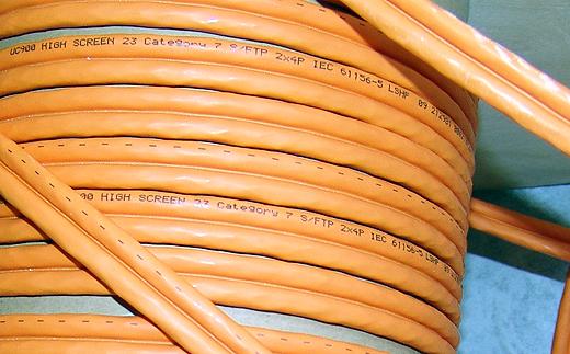 Das ganze Haus wurde mit CAT-7 Netzwerkkabel verkabelt. Damit sollte ich überall 1000MBit Ethernet zur Verfügung haben. Außer im Büro ist das auch bei den Multimediageräten wichtig. So kann ich hier z.B. aufgenommene HDTV-Sendungen über das Netzwerk auf einen anderen Receiver oder sogar auf den PC streamen.