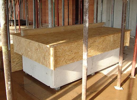 Vor dem Gießen der Betondecke wurde der Kaminblock noch extra sorgfälig mit Spanplatten geschützt.