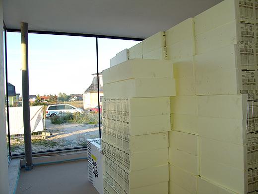 Das Material für die Fassade (Putz, Netze und Styropor) wurden heute auf die Baustelle angeliefert und (wegen dem Wind) ins Büro und in die Garage gestellt. Die Fassade wird ab kommenden Mittwoch begonnen.