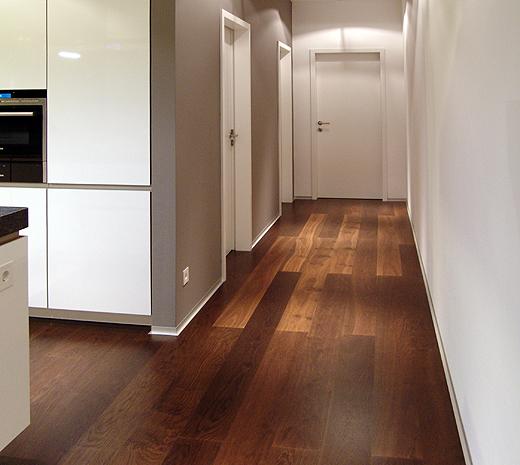 Die entgegengesetzte Richtung führt an Speisekammer und Toilette vorbei bis ins Büro (der Nebeneingang zum Büro)