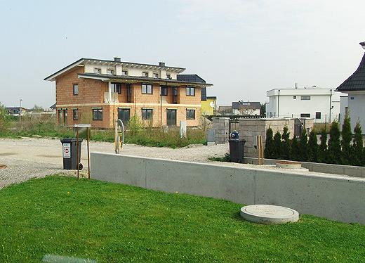 Das Doppelhaus vis a vis ist zu verkaufen. Man findet es z.B. auch in Willhaben.at