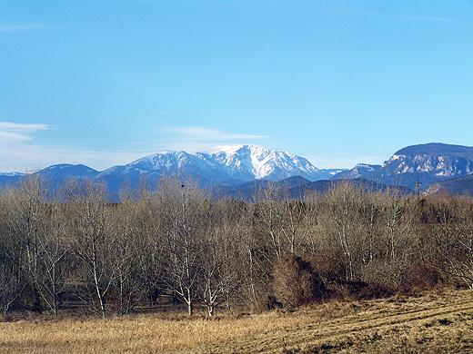 Heute bin ich einmal am Sonntag vor 10:00 aufgestanden - ich musste unbedingt bei diesem sonnigen und klaren Wetter einige Aussichtsfotos machen. Hier der Schneeberg, welchen wir direkt von Bett und Badewanne sehen können.