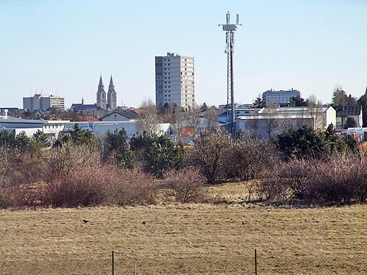 Wenn man im Osten genauer schaut (Zoom), dann sieht man den Doom, das Hochhaus (ja, das einzige in unserer Stadt) und einen Teil der Stadt Wiener Neustadt.