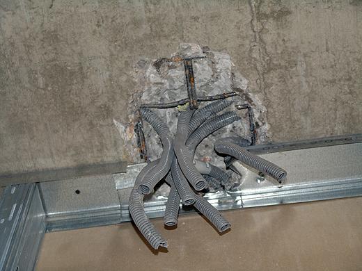 Die direkt in die Betondecke eingegossene Leerverrohrung musste nachgestemmt werden, da diese nicht genau an der Wand rauskommt. Sieht irgendwie aus wie eine Krake ...