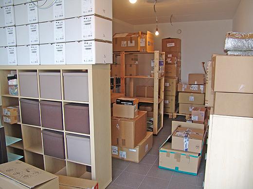 Die Umzugs- und Warenkartons im Lager müssen heute alle ausgeräumt und im Büro und im Lager verräumt werden.
