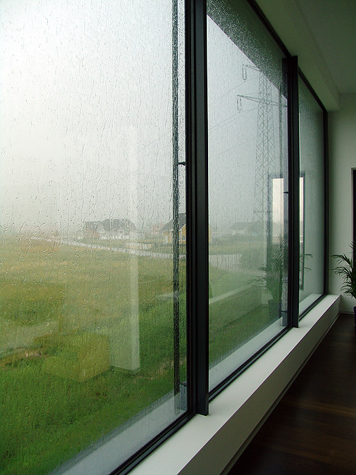 Es ist schon ein schönes Schauspiel, wenn der Wind den Regen gegen die große Schlafzimmer/Badezimmerscheibe peitscht. Man fühlt sich dahinter wie in einem großen Aquarium :-) .