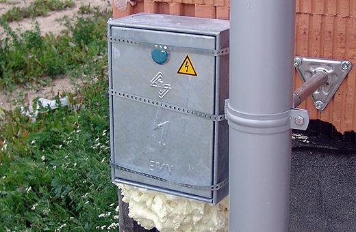 """Die Elektriker haben heute den provisorischen Elektrokasten entfernt und das Haus """"fix angeschlossen""""."""