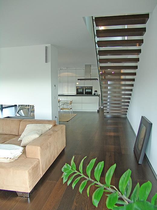 """Die Privaten Räume sind schon alle """"eingerichtet"""", obwohl nach und nach Möbel ersetzt werden müssen. Die Couch ist viel zu klein, der Tisch und die Sessel passen nicht dazu (... wer wird das bezahlen, wer hat so viel Geld ...)."""