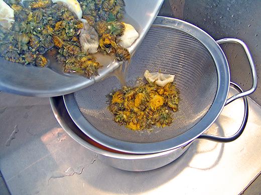 Den Sud durch ein feines Sieb abseihen und in einem Topf auffangen. Wenn die Blütenmasse beim aufkochen nach frisch gemähter Wiese riecht, dann nicht verzagen. Der Geschmack des Endergebnisses ist ein komplett anderer.