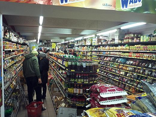 """Trotz Schneegestöber wanderten wir zum Asia-Supermarkt """"PROSI"""" am Neubaugürtel. Wolfgang von der Warmen Küche hat darüber schon 2010 einmal gepostet. Jürgen wollte nun endlich auch mal da hin. Ich sag nur WOW. Was die alles haben. Über 6000 verschiedene Produkte aus Südamerika, China, Thailand ... von überall her."""