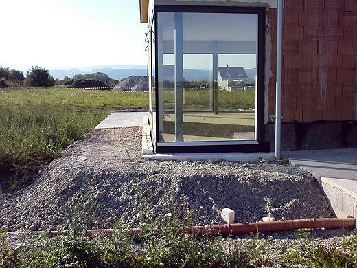 Für das Fassaden-Gerüst wurde provisorisch etwas Schotter aufgeschüttet - der muss aber später noch mal abgetragen werden, da der Regenabfluß noch gemacht werden muss.