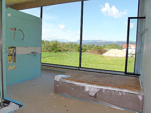 Der Betonsockel für die Badewanne ist noch mit einer Schutzhülle umgeben. Links kommt die Dusche und der Waschtisch hin.