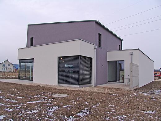 Die Sichtbetonwand auf der Osterrasse soll den Sichtschutz zum Nachbarsgrundstück garantieren. Dies ist Bautechnisch so vorgeschrieben, da sonst die Terrassentür zu nah am Nachbarn wäre.