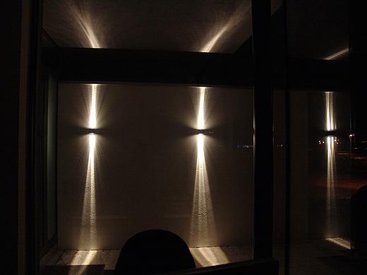 Einmal ein anderer Blickwinkel - direkt von meinem Schreibtisch in den Eingangsbereich. Die Lichtkegel treffen oben auf den Vorsprung und unten auf den Eingangsbereich (da kommt später noch ein Natursteinbelag drauf).