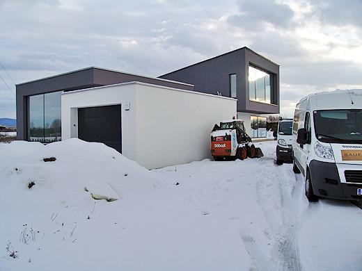 Die Aussenanlagen wurden entgegen der Angaben vom Baumeister am Wochenende doch nicht gemacht. Aber der Schnee ist keine Ausrede es nicht diese Woche fertigzustellen - nur mehr Arbeite. Aber das soll nicht unsere Sorge sein.