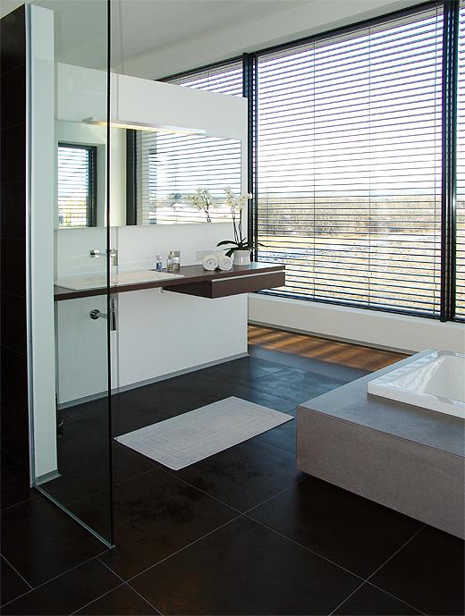 Das Badezimmer mit Kaldewai Conoduo in Betonsockel und Alape Waschtisch.