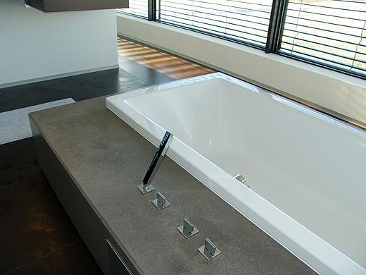 Hier noch ein paar Impressionen unserer Badewanne mit Betonsockel.