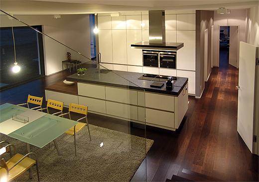Zum Abschluss noch eine Ansicht vom Küchen- und Essbereich und dem Mittelgang zum Büro (liebevoll Personaleingang genannt ;-)).