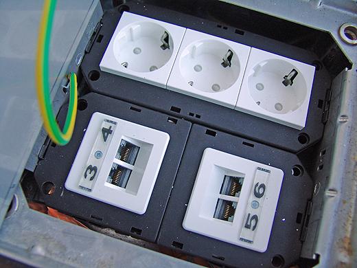 Danach setzt der Elektriker Dosen für Strom, Telefon, Ethernet (und eventuell SAT) ein. Tip: Ethernet-Verbindungen können auch für Telefone verwendet werden - daher meine Empfehlung: In jedem Raum alles doppelt ausführen - man weis ja nie..