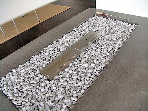 Die weißen Steinchen hatten wir vom alten Geschäft noch übrig. Aber vielleicht werden diese irgendwann noch gegen schwarze ausgetauscht. Wir werden einmal auf die Kommentare unserer Besucher und Blogleser warten.