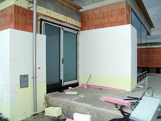 Mit der Fassade wurde heute begonnen. Wir bekommen 20cm Styropor an allen Seiten drauf. Damit es im Winter schön warm und im Sommer (hoffentlich) schön kühl bleibt.